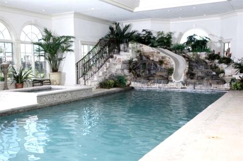 закрытый бассейн в светлом помещении