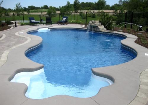 открытый бассейн во дворике
