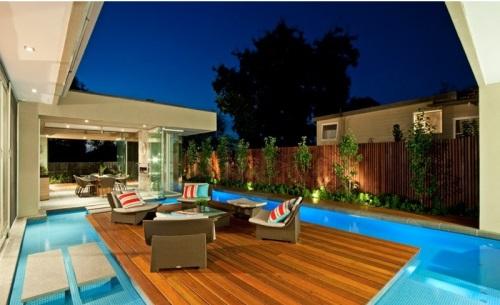 Патио у бассейна: вариант с подсветкой