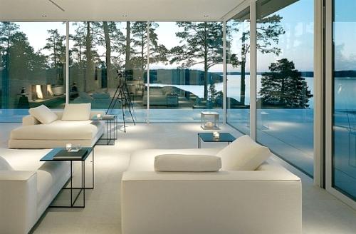 интерьер дома и вид на бассейн