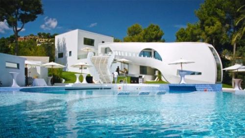 Вилла и бассейн в испанском стиле